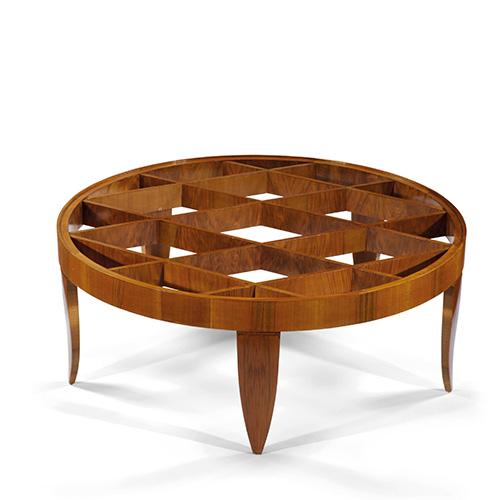 Gio Ponti è uno degli autori più apprezzati, il cui valore aumenterà nel tempo. In foto, il tavolino battuto da Pandolfini, progettato dal maestro nel 1937 e prodotto da Giordano Chiesa: in radica di noce e cristallo, è alto 40 centimetri. Battuto a 45.000 euro