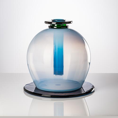 A cento anni dalla sua nascita e a dieci dalla sua scomparsa, Ettore Sottsass è l'eclettico designer desiderato da tutti. In foto, il vaso Medusa in vetro di Murano creato nel 1997 per Venini. Sarà battuto il 22 novembre da Piasa a Parigi. Stimato a 4-5.000 euro