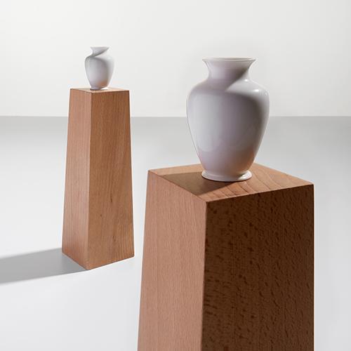 Pedestal Vase NO2 - Disegnati da Ron Gilad e presentati nel 2017 da Danese, sono vasi in miniatura, sorretti da un piedistallo che nasconde il cilindro dove posizionare l'acqua. La misura del vaso è tale da permettere a un singolo fiore di stare al suo interno. La relazione tra la base – realizzata in marmo o legno, di forma simile ai plinti della antica statuaria classica – e il piccolo vaso in porcellana è stridente, l'effetto è un ibrido, in termini di scala e di forme
