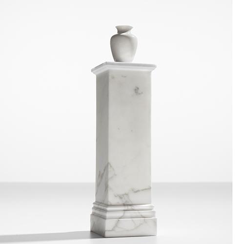 Pedestal Vase NO3 - Disegnati da Ron Gilad e presentati nel 2017 da Danese, sono vasi in miniatura, sorretti da un piedistallo che nasconde il cilindro dove posizionare l'acqua. La misura del vaso è tale da permettere a un singolo fiore di stare al suo interno. La relazione tra la base – realizzata in marmo o legno, di forma simile ai plinti della antica statuaria classica – e il piccolo vaso in porcellana è stridente, l'effetto è un ibrido, in termini di scala e di forme.