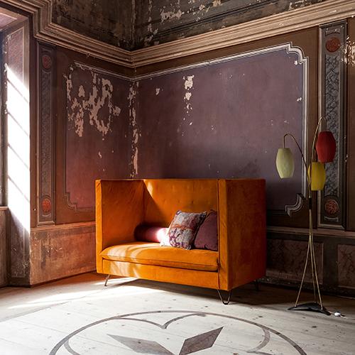 Lo schienale alto e in tessuto di Luigi XIV è pronto a offrire un soffice appoggio. Disegnato da Silvia Prevedello per Twils Lounge, è parte di una collezione che comprende anche divani con schienale basso, poltrone, chaise longue e pouf