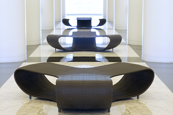 La panchina <em>Triad bench 185</em> è disponibile in quattro tonalità: bronze, bamboo green, palladium e limestone