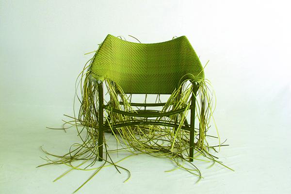 Per la collezione <em>Amari</em>, la sedia in rattan: il gioco di intrecci si ispira ad un meraviglioso set da pranzo appartenuto alla nonna di Janice Feldman