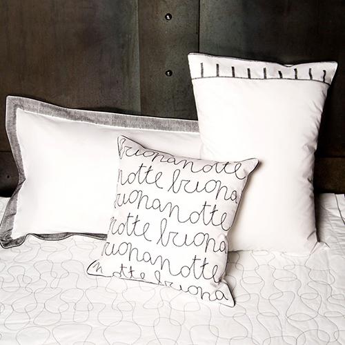 La collezione di biancheria per la casa è composta da un set di lenzuola, federe, copripiumino e un cuscino decorativo