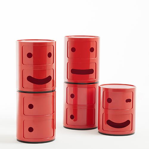 I celebri contenitori di Anna Castelli Ferrieri in versione emoji: sono i Componibili Smile di Fabio Novembre per la linea Kids di Kartell. Si possono trovare nell'outlet aziendale