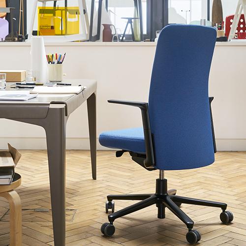 """Lo schienale e i braccioli della <em>Pacific Chair</em> sono regolabili in altezza e «per ottimizzare il comfort», spiega il designer Jay Osgerby «ci siamo uniti a <a href=""""http://www.vitra.com"""">Vitra</a> nella progettazione di un nuovo meccanismo in grado di rispondere al peso del singolo utente. Un'ulteriore regolazione lombare dalla posizione seduta è resa possibile grazie al movimento verticale dello schienale»"""
