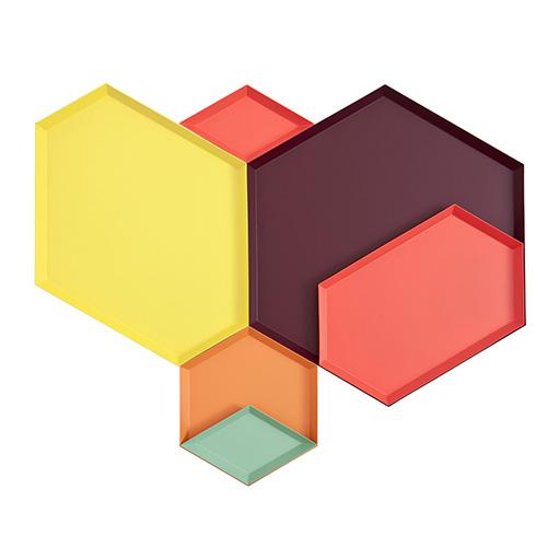 Si compongono come i vetri colorati del caleidoscopio: sono i vassoi Kaleido di Hay, in diverse misure e forme impilabili. On line su madeindesign.it, con sconti fino al 50 per cento