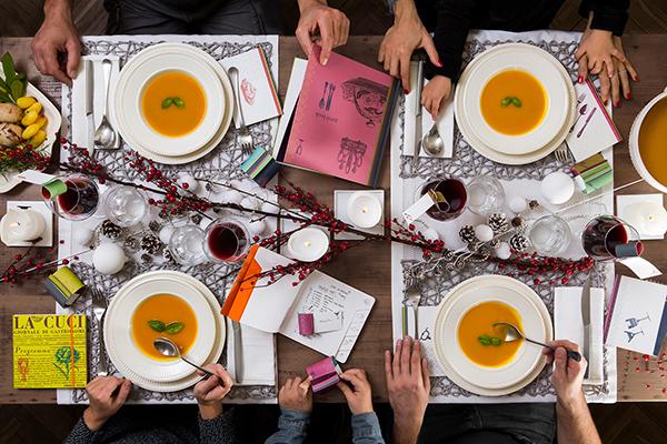"""<em>La tavola fai-da-te</em> -Non dimenticate di dedicare alla tavolaqualche dettaglio creativo, come i centrotavola o i segnaposti fatti a mano.  <a href=""""https://www.fabrianoboutique.it/"""">Fabrianoboutique</a> proponeun set di quattro eleganti biglietti da scrivere a mano con il nome dell'ospite da disporre sul piano o appendere al bicchiere"""