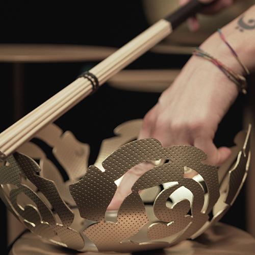 La tradizione manifatturiera delle officine Alessi è riscritta in chiave moderna attraverso l'antica tecnica orafa della Granulazione Etrusca. In <em>Extra Ordinary Metal</em> la granulazione è ottenuta attraverso un procedimento di coniatura a freddo dell'ottone