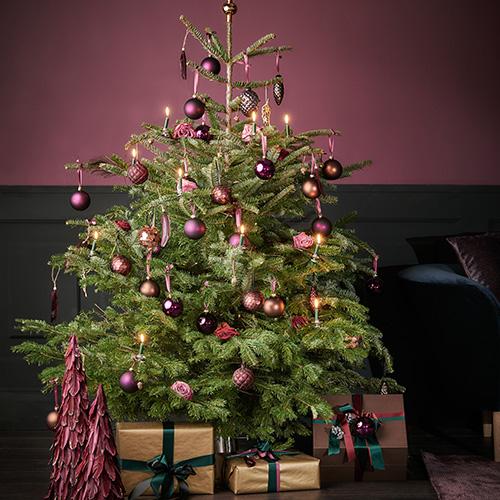 """Lo stile del Natale di <a href=""""https://www.dalani.it"""">Dalani</a> gioca con colori originali tra note di vinaccia, marsala, verde scuro e nero"""