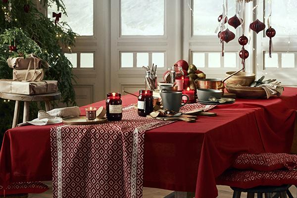 """Lo stile <em>hygge</em> si scopre anche nell'arte di apparecchiare con cura la tavola sulla quale prevalgono elementi naturali come frutta di stagione, tessuti di origine vegetale, legno, ceramiche e candele (in foto un esempio di <a href=""""http://www.hm.com/home"""">H&M Home</a>)"""