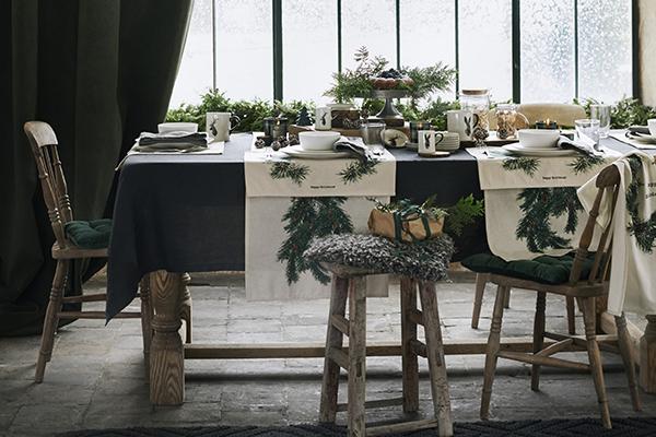 """<em>La tavola naturale</em> - La natura offre tutto il necessario per personalizzarela tavoladelle feste donando stile ed eleganza. Lino, legno, tanti rami disempreverdi edialtre specie invernali sono i protagonisti della proposta di <a href=""""http://www.hm.com/home"""">H&amp;M Home</a>"""