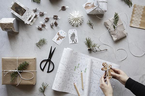 """Ritagliarsi un angolo dove dedicare del tempo agli hobby e alle passioni. Come il fai-da-te per realizzare decorazioni, addobbi e <a href=""""http://design.repubblica.it/2016/02/12/confezionare-un-regalo-il-pacchetto-perfetto/"""">confezioni regalo</a> con le proprie mani (in foto la serie di articoli pensati da <a href=""""http://www.ikea.com/it/it/"""">Ikea</a> per il Natale 2017)"""