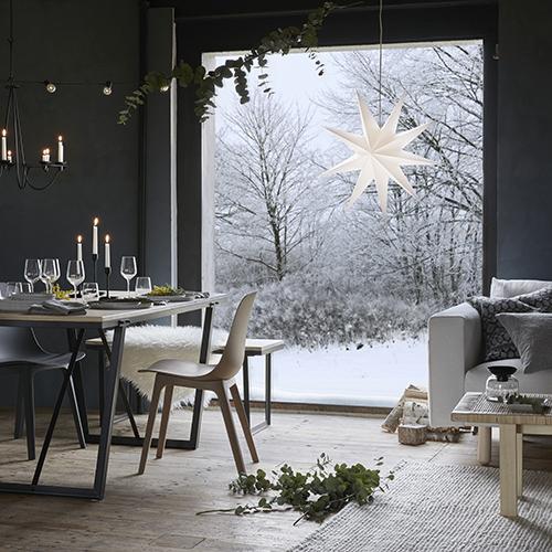 """<a href=""""http://www.ikea.com"""">Ikea</a> si ispira all'inverno nordico in cui prevalgono il bianco, le tonalità del grigio ed elementi naturali come legno ed eucalipto. Gli addobbi sono semplici, fatta eccezione per la grande e scenografiche stella"""