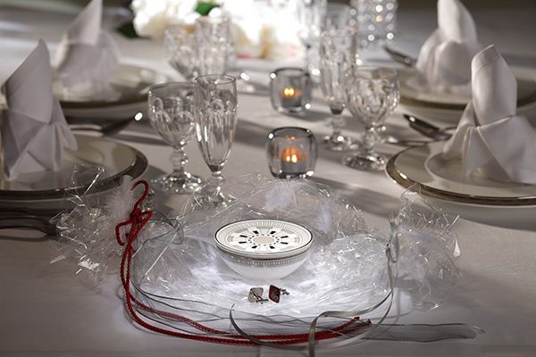 Dettagli geometrici in vero platino esaltano la pregiata Premium Bone Porcelain: è  <em>La classica Contura</em> altra collezione protagonista della tavola sul <em>Venice Simplon-Orient-Express</em>