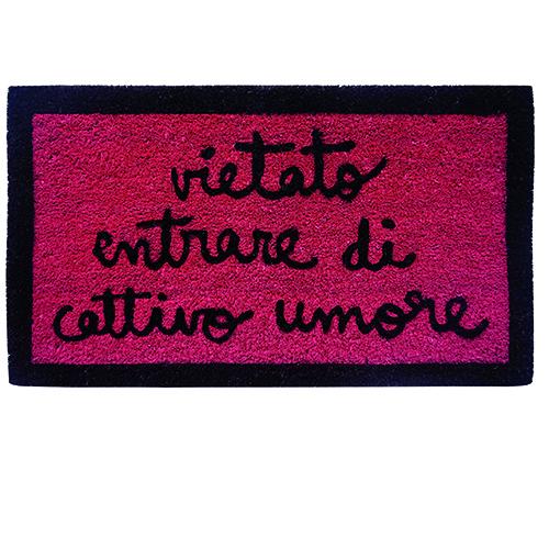 """<em>Augurio di buonumore</em> è lo zerbino in cocco con retro antiscivolo di <a href=""""http://www.maiuguali.it/"""">Maiuguali</a> per accogliere gli ospiti regalando un sorriso (30 euro)"""