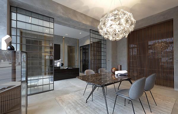 Lo spazio occupa una superficie di 150 metri quadrati. Le caratteristiche porte scorrevoli suddividono le soluzioni dedicate al living e alla zona notte