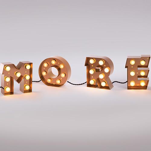 """Per scrivere con la luce: <em>Caractère</em> di <a href=""""https://www.seletti.it"""">Seletti</a> si compone di lettere alte 20,5 cm con cui comporre parole e frasi personalizzate. Da fissare a parete o semplicemente da appoggiare (109 euro a lettera)"""