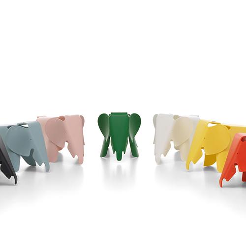 """Per i più piccoli: la versione mini di un classico del design, l'<em>Eames Elephant</em> disegnato da Charles & Ray Eames. Gioco e seduta insieme è perfetto per la cameretta. <a href=""""http://www.vitra.com"""">Vitra</a> lo propone in plastica di diversi colori (79 euro)"""