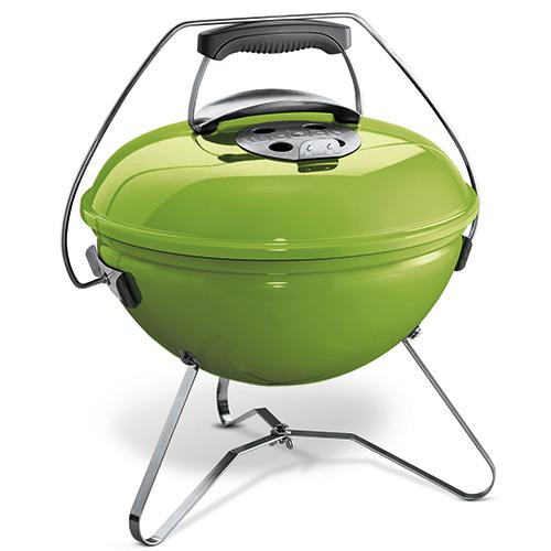 """BBQ mania: il barbecue a carbone <em>Smokey Joe Premium</em> di <a href=""""http://www.weberstephen.it"""">Weber</a> è colorato, piccolo e portatile, particolarmente consigliato per i picnic (89,99 euro)"""
