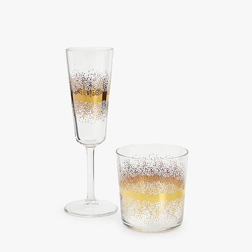 """Classico e senza tempo, l'oro è il colore per eccellenza della tavola di Capodanno. Dona una nota chic e garantisce un'atmosfera festosa ed elegante, come nella collezione di bicchieri di <a href=""""http://www.zarahome.com"""">Zara Home</a> (flûte, 7,99 euro)"""