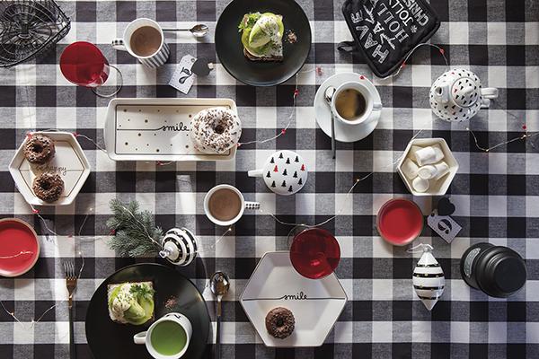 """<em>La tavola originale</em> - Il rosso, il verde, il bianco, il blu e i bagliori dell'oro e dell'argento sono i colori della tradizione. <a href=""""http://www.coincasa.it/"""">Coincasa</a> osa un insolito contrasto di colori per la stagione natalizia: il nero accostato al bianco. Rami di pino profumati, addobbi e lucinedonano un tocco naturale e festoso al tavolo"""