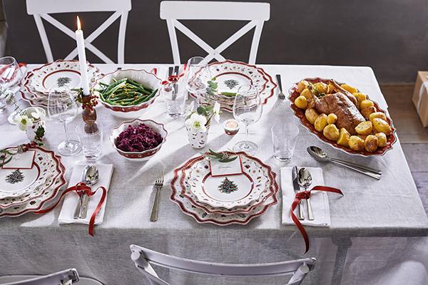 """<em>La tavola tradizionale</em> -Sulla tovaglia chiara spiccano bicchieri di cristallo, dettagli naturali e piatti rossi con ricchi decori natalizi. È la proposta di<em><a href=""""http://www.villeroy-boch.it"""">Villeroy&amp;Boch</a></em>. Le candele sparse rendono l'atmosfera calda e accogliente</span>"""