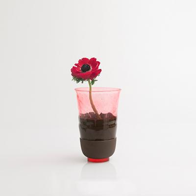"""Per gli amanti dei fiori e del design: vaso <em>Overlay</em> (che significa """"sovrapposizione"""") in terracotta e resina firmato <a href=""""http://www.ilariai.com/"""">Ilaria.i</a>. Prezzo 130 euro"""