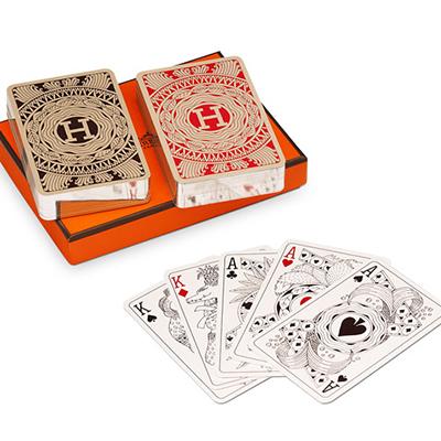 """Avete un amico a cui piace giocare a carte durante le vacanze natalizie? Regalagli un set di carte da gioco firmato <a href=""""http://italy.hermes.com/"""">Hermès</a>. Prezzo 90 euro"""