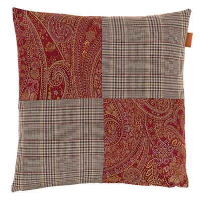 """Motivi check e disegni paisley vestono a festa il letto e il divano di casa con il cuscino patchwork di <a href=""""http://www.etro.com"""">Etro</a>. Prezzo 120 euro"""