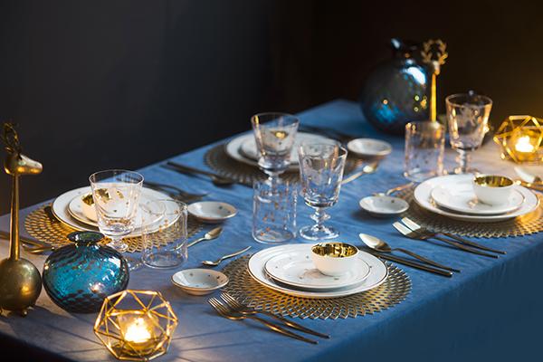Per questo Natale, trionfa sulla tavola l'oro abbinato all'azzurro, al blu polveroso e all'ottanio (foto  Dario Garofalo)