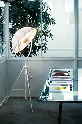 """Nuova luce in casa <a href=""""http://www.pallucco.com"""">Pallucco</a> con la lampada da terra <em>Fortuny</em> ideata e disegnata originariamente da Mariano Fortuny y Madrazo nel 1907. A Maison&amp;Objet la possiamo ammirare nella versione <em>Fortuny Petite</em> con base e paralume di dimensioni ridotte"""