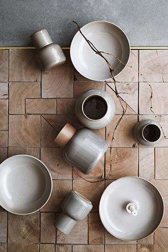 """È danese il talento di questa nuova edizione di Maison&amp;Objet. Il titolo di <i>designer dell'anno</i> è andato a <a href=""""http://www.ceciliemanz.com"""">Cecilie Manz</a>. In foto vediamo il set in terracotta giapponese realizzato per Republic di <a href=""""https://fritzhansen.com"""">Fritz Hansen</a></span></p>"""
