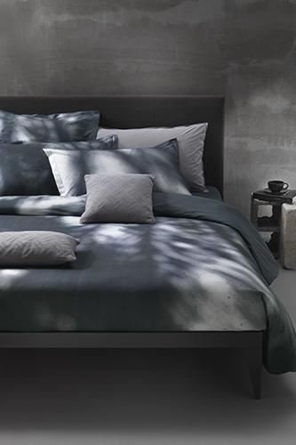"""Tessuti materici e deciso sapore industriale per la parure letto di <a href=""""http://www.mirabellocarrara.it/it/brand/diesel"""">Diesel Living</a> – <em>Home Linen</em> (realizzata da Mirabello Carrara) che trae ispirazione dai jeans e dallo stile grunge </span></p>"""
