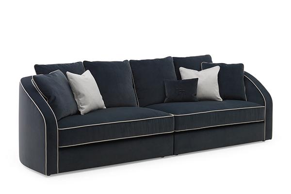 """I volumi generosi e le forme morbide di <em>Turandot</em> ricordano il design tipico degli anni Quaranta. Il divano porta marchio di <a href=""""http://www.luxurylivinggroup.com"""">Heritage Collection</a></span></p>"""