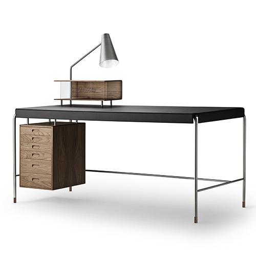 """Al Design Post, l'azienda danese<a href=""""http://www.carlhansen.com"""">Carl Hansen &amp; Son</a>lancia i nuovi lavori diPoul Kjærholm eArne Jacobsen, tra cui il tavolo<em>Society Table</em> che combina, acciaio, legno e pelle"""