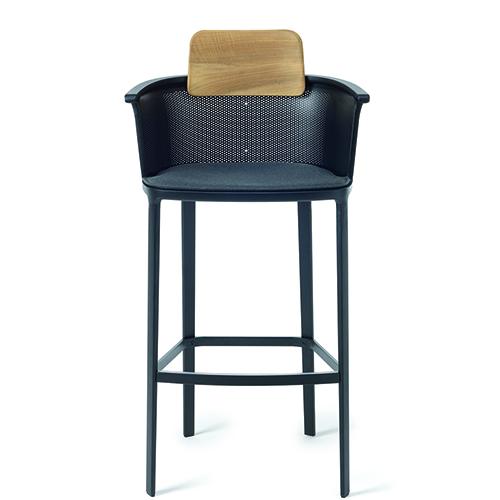"""<a href=""""http://www.ethimo.com"""">Ethimo</a> pone l'attenzione su alcuni modelli, come il robusto e sofisticato sgabello <em>Nicolette</em>  di Patrick Norguet"""