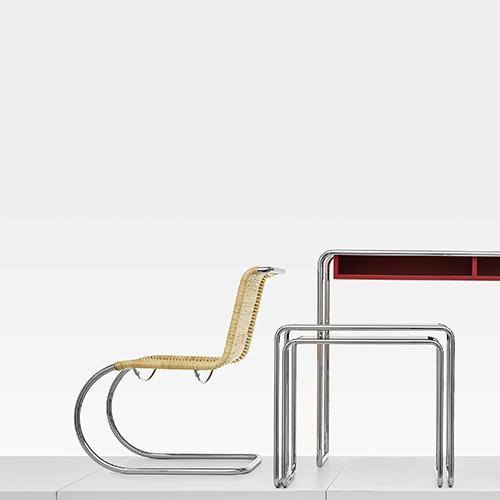 """<a href=""""http://it.thonet.de/"""">Thonet</a> inizia i festeggiamenti per il centesimo anniversario dalla nascita del Bauhaus - che ricade nel 2019 - , con un omaggio ai classici in tubolare di acciaio (in foto). In mostra anche una novità: la sedia in legno <em>118</em> progettata da Sebastian Herkner"""