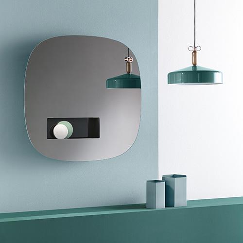 """Tra le novità di <a href=""""http://www.tonellidesign.it"""">Tonelli design</a> <em>Aperture</em>, la specchiera a parete firmata da Karim Rashid. È dotata di un pratico vano portaoggetti e si illumina con luce a led grazie alla presenza di un sensore di movimento"""