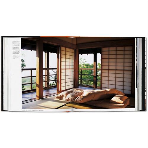Il volume spiega che le migliori case giapponesi hanno in comune la predilezione per gli spazi accuratamente progettati e per i materiali caldi come il legno, i mattoni e il bambù