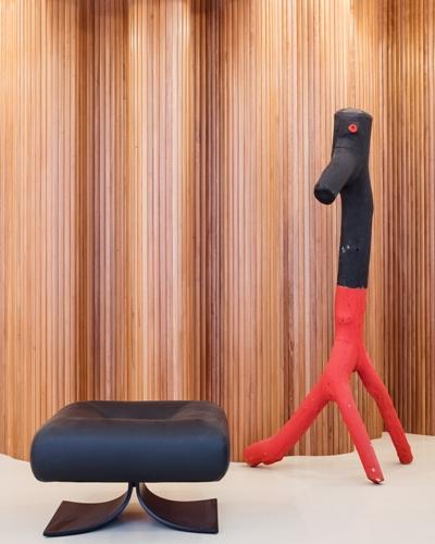 La sedia<em>Bar Alta</em>di Oscar Niemeyer con la scultura<em>Bicão</em>di Véio(credits: Andrés Otero/Luzphoto)