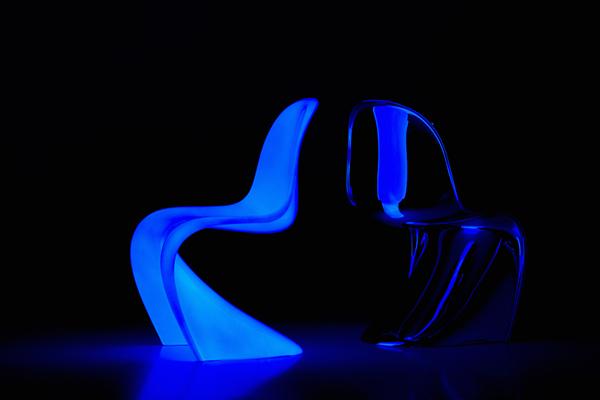 La <em>Panton Glow</em> è realizzata con cinque strati di vernice contenenti pigmenti fosforescenti applicati a mano sulla scocca grezza in poliuretano della <em>Panton Classic</em> e sigillati da un rivestimento protettivo ultra-lucido. I pigmenti luminosi  assorbono la luce solare ed emettono un bagliore azzurro al buio