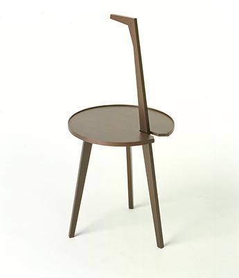 Se vuoi fermarti a dormire. Cicognino, Franco Albini, 1953, Poggi. Una delle gambe si prolunga fino a diventare manico, con l'impugnatura a forma di collo-becco che si colloca esattamente nel baricentro del sistema. Il piano, contornato da una lamina di legno, diventa vassoio per accogliere gli oggetti e fa di Cicognino un vero e proprio servo muto