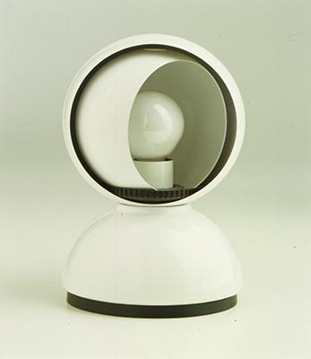 Se vuoi fermarti a dormire. Eclisse, Vico Magistretti, 1965, Artemide, 1967. Un piccolo oggetto cinetico che muovendosi modifica le sue prestazioni: una lampada da comodino che permette di regolare la luce manualmente