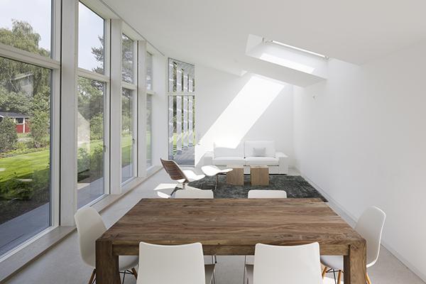 Spiega l'architetto Giulio Camiz: «La regola d'oro è la multidirezionalità, cioè prevedere più aperture complementari con diversi orientamenti. La disposizione ideale è quella di avere almeno un'apertura sul tetto e le finestre verticali distanti tra loro e disposte su pareti opposte»