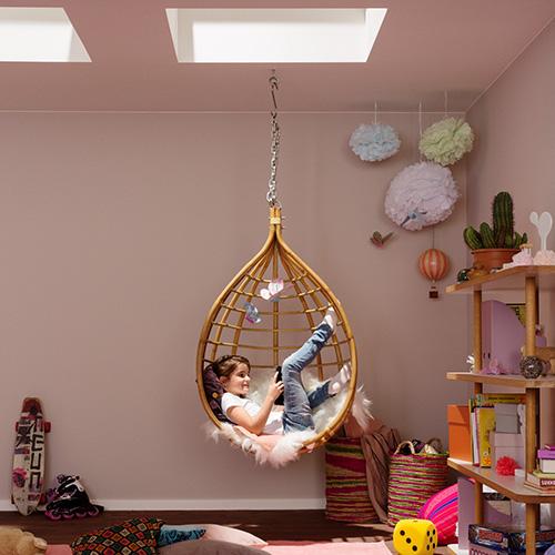Rispetto ai modelli in verticale, le finestre per tetti lasciano entrare una quantità maggiore di luce zenitale: è costante durante tutta la giornata e non risente dell'orientamento della casa