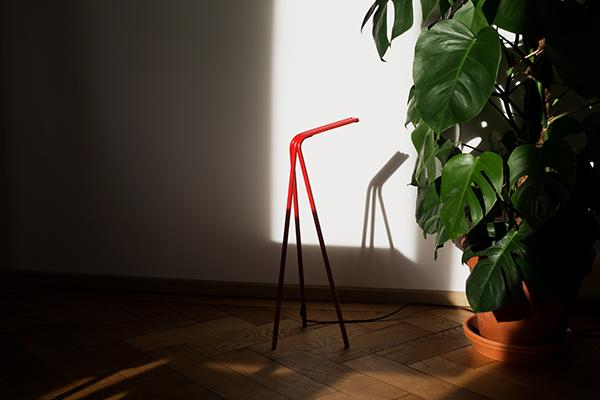 <em>Aspect</em> è una lampada-scultura da tavolo che riprende la forma del treppiede riducendola all'osso. Lavora su tre linee sottili in metallo che la rendono perfetta nella sua essenzialità, sia come lampada da scrivania che per spazi di relax. Disponibile in varie versioni, cromo, rossa oppure nera