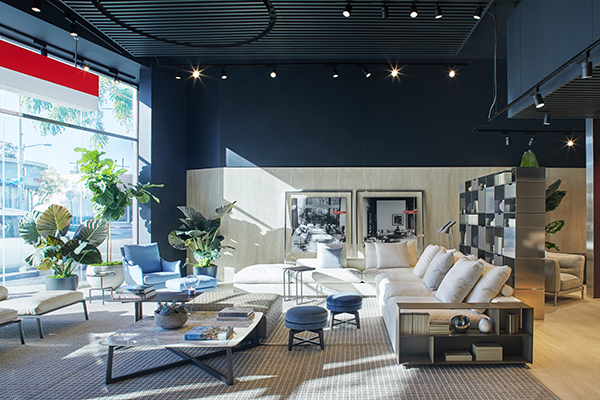 Il luminoso spazio accoglie una selezione dei prodotti più rappresentativi della collezione Flexform