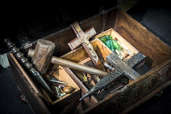 Valigia dell'esorcista con puntali, primi Novecento