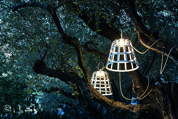 Le lampade da esterni Hamper sono disponibili anche nella versione sospesa